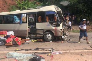 Xe tải đâm nát xe khách ở Sơn La, 10 người bị thương