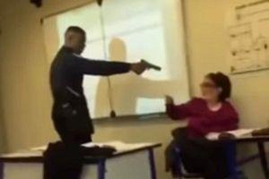 Hy hữu: Học sinh dùng súng đe dọa giáo viên yêu cầu sửa danh sách điểm danh