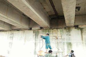 Cao tốc Đà Nẵng - Quảng Ngãi lại xảy ra thấm nước dưới cầu và hầm chui