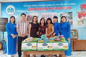 Nhà sách Tiền Phong Hải Phòng tặng quà trung thu cho trẻ em mồ côi.