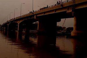 Lực lượng cứu hộ nỗ lực tìm kiếm người nhảy cầu giữa mưa lớn