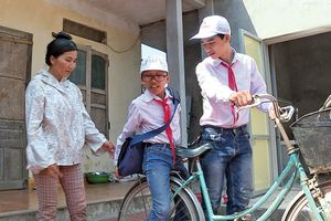Nam sinh dành hơn 3 năm tình nguyện đạp xe đưa đón bạn dị tật tới trường