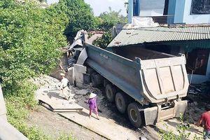 Nghệ An: Xe đầu kéo lao vào nhà dân, chủ nhà và tài xế cùng nhập viện