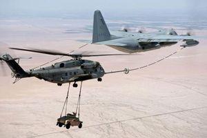 Trực thăng vận tải hạng nặng vừa chở ô tô tiếp nhiên liệu trên không