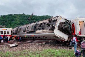 Clip: Tàu hỏa lật bánh khiến ít nhất 18 người chết ở Đài Loan