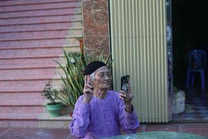 Cụ bà 93 tuổi 'chất chơi nhất Vịnh Bắc Bộ' vẫn tự tin hút thuốc lào chụp ảnh 'tự sướng'