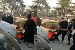 Cặp vợ chồng túm tóc, đẩy ngã lao công già vì cản con trai đi vệ sinh ngoài đường