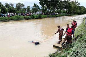 Con trai cả thay đổi phút chót, lên bờ nhìn gia đình nhảy sông tự tử