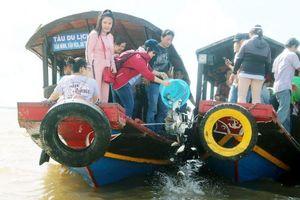 Bến Tre: Thả 2 tấn cá về sông để tái tạo nguồn lợi thủy sản