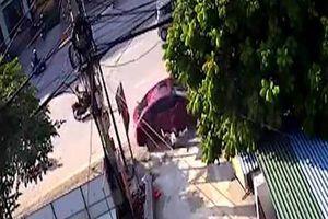 Clip: Đang quét rác trên vỉa hè, người phụ nữ bị tài xế ô tô say xỉn đâm trúng