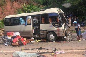 Xe khách đấu đầu với xe đầu kéo, 10 người bị thương kêu cứu giữa đường