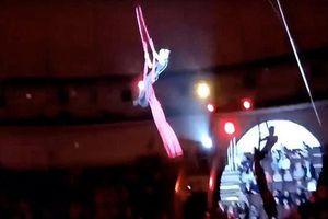 Thót tim khoảnh khắc nữ nghệ sĩ xiếc rơi từ độ cao 5m khi đang biểu diễn