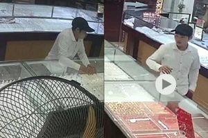 Lào Cai: Truy bắt nam thanh niên cướp dây chuyền tại tiệm vàng
