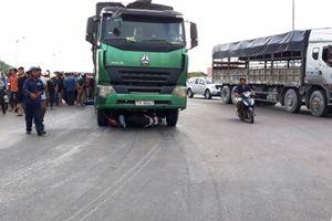 Xe máy nát bét, người phụ nữ tử vong dưới gầm xe tải