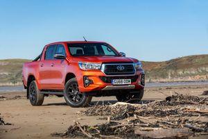 Toyota Hilux Invincible X được trang bị những gì?