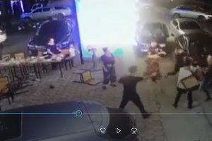 Giang hồ hỗn chiến trong quán ăn, 2 người trúng đạn