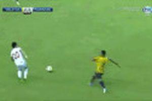 Cầu thủ U19 Malaysia tắc bóng làm đối thủ gãy gập chân