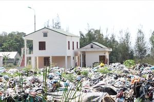 Dân bất an khi nhà ở chỉ cách khu xử lý rác thải... một bờ tường