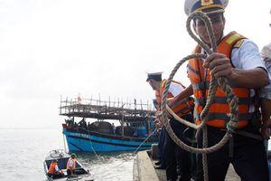 Đưa ngư dân hôn mê vào đảo Tiên Nữ để cấp cứu