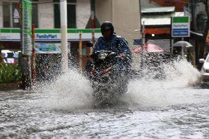 TPHCM xuất hiện mưa đá, 'khu nhà giàu' lại bì bõm lội nước