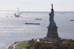 Cảnh tàu sân bay Anh lừng lững tiến vào Mỹ
