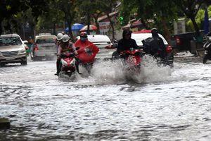 Mưa lớn, nhiều khu vực ở TP Hồ Chí Minh ngập nặng