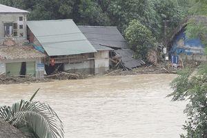 Lũ quét làm sập và ngập nước gần 100 ngôi nhà