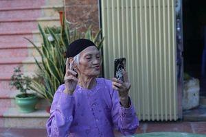 Cụ bà 93 tuổi: thích chụp ảnh, biết đi xe máy và cực xì tin