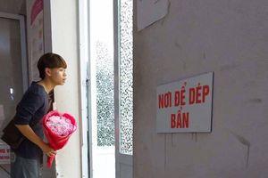 Chờ vợ ngoài cửa phòng mổ, khuôn mặt và bàn tay chàng trai khiến nhiều người xúc động