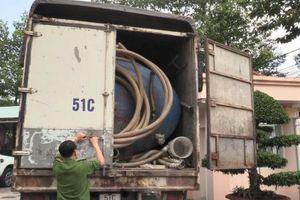 Bình Dương: Bắt xe tải đổ trộm chất thải nguy hại xuống cống thoát nước