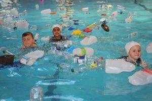Trường cho học sinh bơi trong bể rác để dạy về tác hại của rác thải nhựa