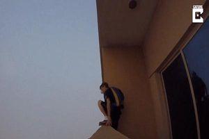 Clip: Người đàn ông nhảy dù từ cửa sổ tầng 29 xuống đất đi mua sữa