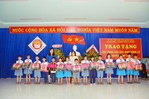 Quảng Ngãi: Tặng áo phao cho trẻ em 4 huyện vùng lũ