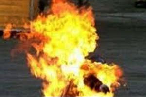 Hãi hùng chồng đổ xăng lên người và vợ rồi châm lửa đốt