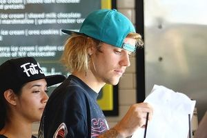 Vắng hôn thê, Justin Bieber đi ăn sáng với phong cách cực ngầu