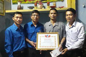 Tặng bằng khen cho thanh niên cứu 2 mẹ con bị đuối nước ở Quảng Nam