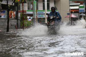 Khu nhà giàu ở TP.HCM chìm trong biển nước sau cơn mưa lớn