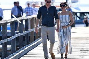 Meghan bế bụng bầu, tái xuất rạng rỡ bên chồng, táo bạo mặc váy xẻ tà cao quá đà, suýt lộ hàng