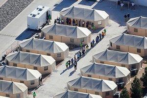 Mỹ: Hàng trăm trẻ nhập cư trái phép bị tạm giữ nhiều tháng trời