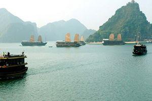 Truy tìm chủ con tàu bị bỏ trên vịnh Hạ Long