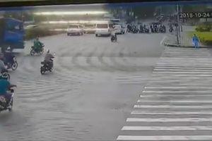 Xe máy vượt đèn đỏ bị xe tải cán nát, tài xế thoát chết thần kỳ