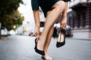 4 kiểu mang giày gây hại cho bàn chân