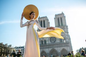'Nàng thơ' Hoàng Thùy khoe thời trang Việt trên đất Pháp