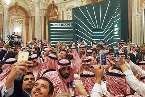 Thái tử Ả Rập Xê Út 'suýt nghẹt thở' vì bị chen lấn chụp selfie