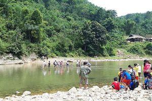 Học sinh vất vả bè mảng qua sông Ken