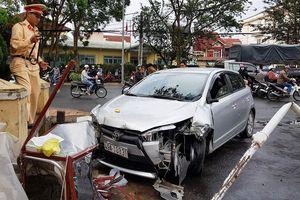Ô tô gây tai nạn liên hoàn, 4 người trọng thương