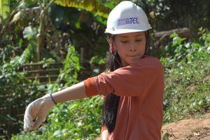 Hoa hậu Trần Tiểu Vy tự tay đào giếng cho bà con Bản Nịu