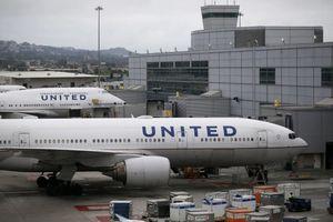 Máy bay Mỹ bay vòng tròn không thể hạ cánh vì... quá to