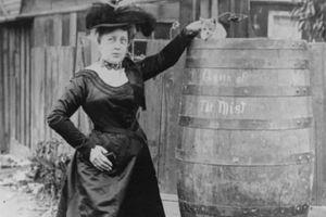 Ngày này năm xưa: Nữ giáo viên chui thùng gỗ 'nhảy' thác mạnh nhất Bắc Mỹ