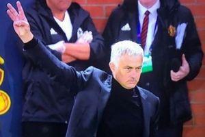 Mourinho lại giơ 3 ngón tay với các CĐV Juventus